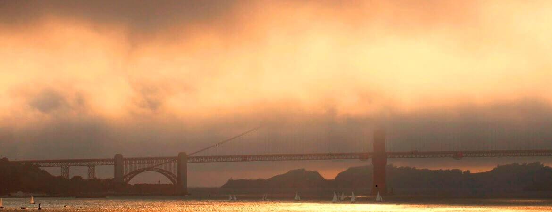 Le Golden Gate à San Francisco nappé de brouillard