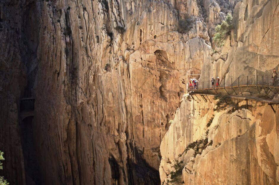 Chemin à flanc de falaise en Andalousie.