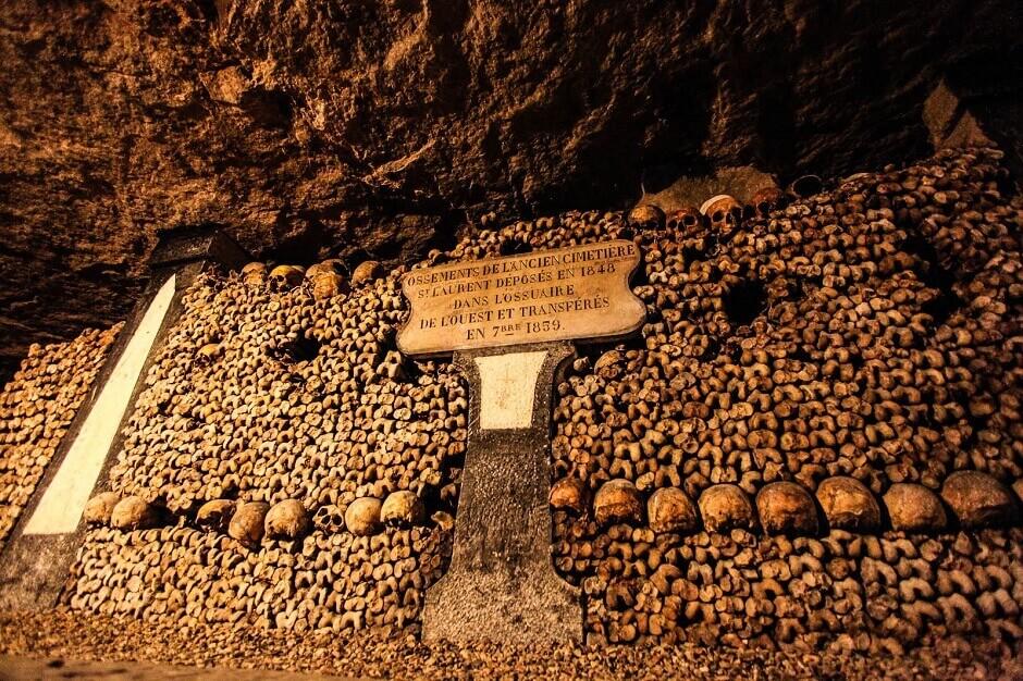 Os dans les catacombes de Paris.