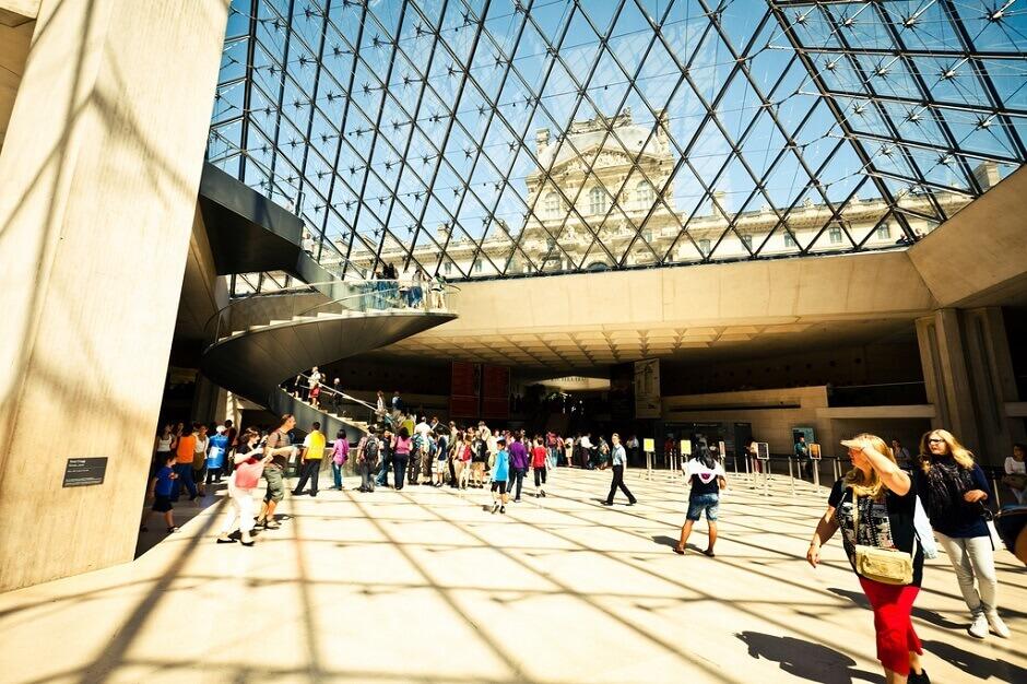 Vue de la Pyramide du Louvre.