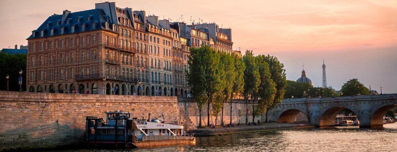 Une péniche amarrée sur un quai à Paris.