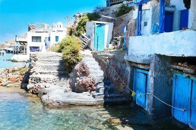 Vue d'un port sur l'île grecque de Milos.