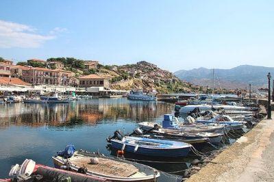 Vue d'un port de l'île de Lesbos en Grèce.