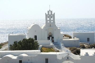 Église au bord de la mer sur l'île grecque de Sifnos.