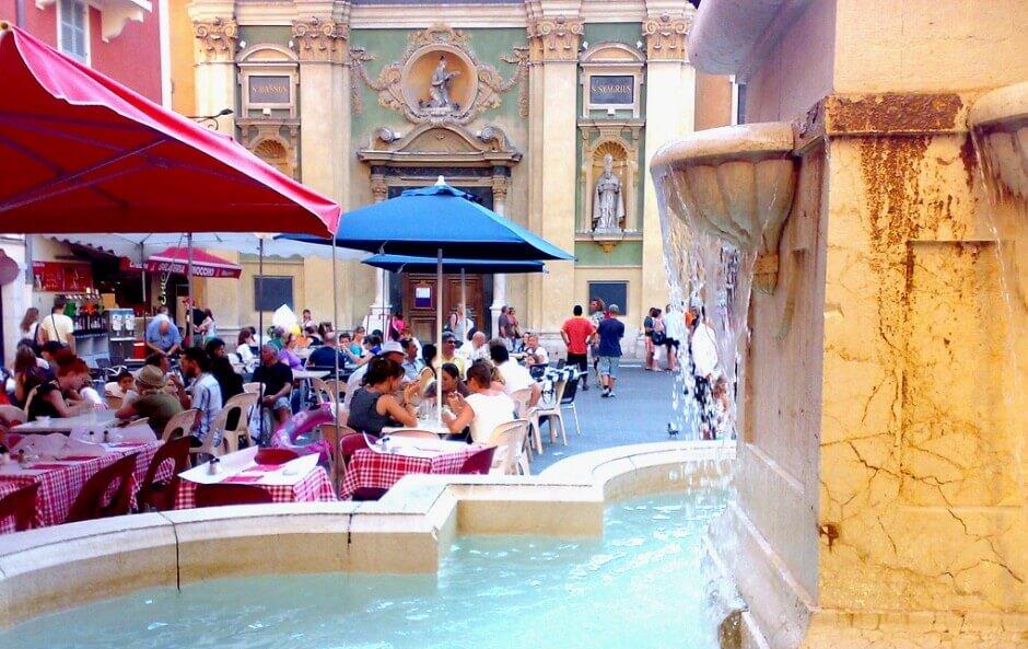 Terrasses au pied d'une fontaine à Nice.