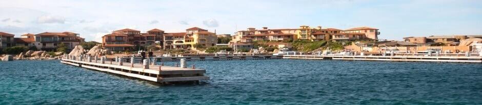 Vue du port de l'île de Cavallo aux Lavezzi en Corse.