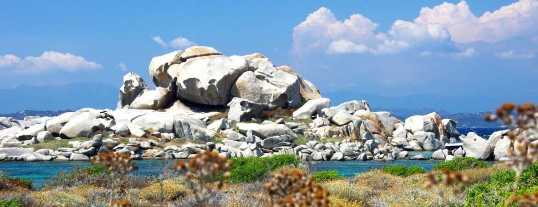Rochers et plage aux îles Lavezzi en Corse.