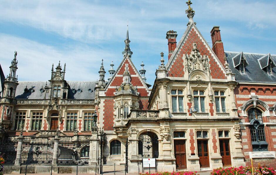 Façade du Palais Bénédictine à Fécamp.