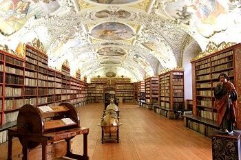 Vieille bibliothèque à Prague.