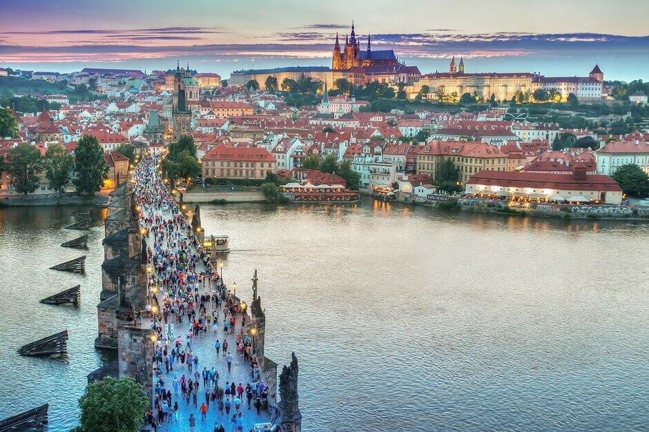 Vue du célèbre pont Charles à Prague.