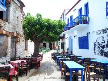 Une rue de Glossa en Grèce.