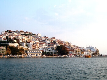 Vue du port de Skopelos en Grèce.