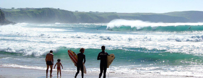 Surfeurs sur une plage.