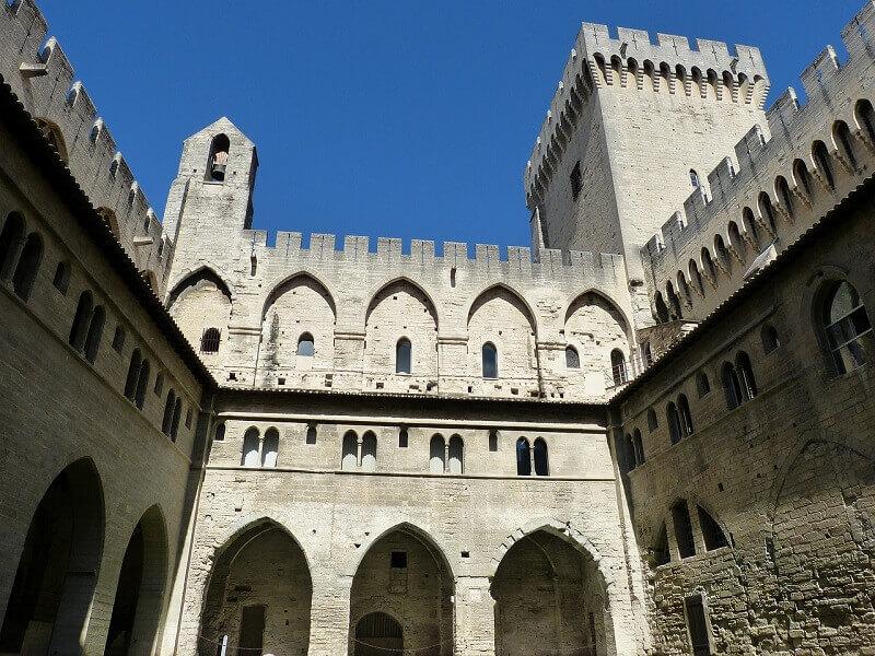 Cour intérieur du palais des papes à Avignon.
