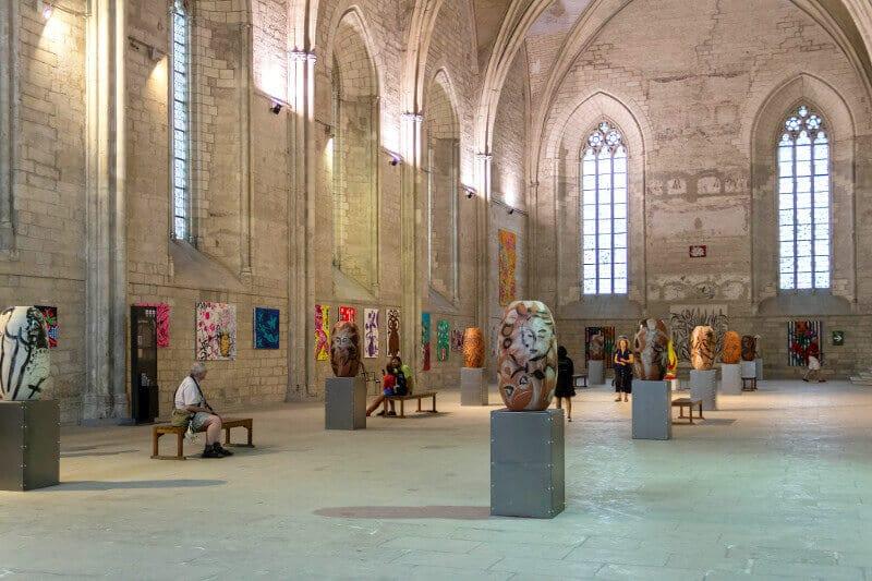Une salle voûtée au palais des papes d'Avignon.