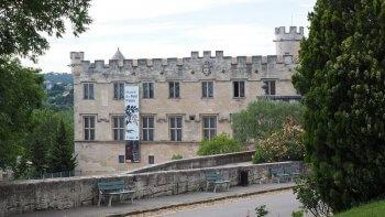 Une façade médiévale à Avignon.
