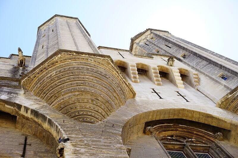 Portail fortifié du palais des papes d'Avignon.