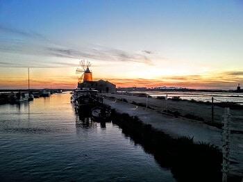 Un port au soleil couchant en Sicile.