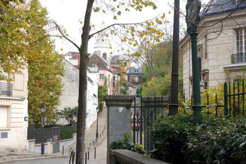 Vue du Sacré-Cœur de Montmartre depuis une petite rue.