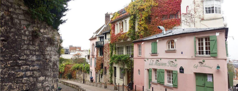 Maison rose dans une rue de Montmartre, à Paris.
