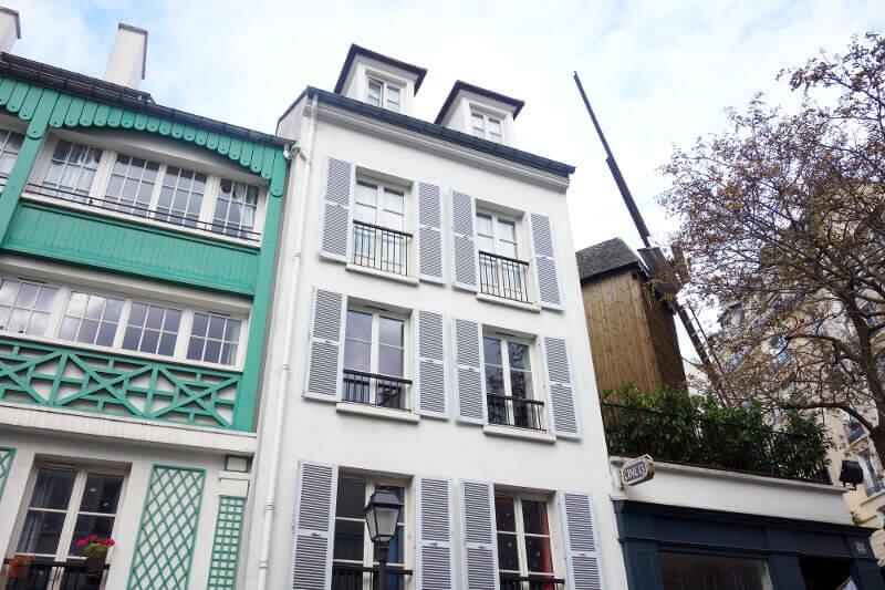Maisons et moulin à Montmartre, à Paris.