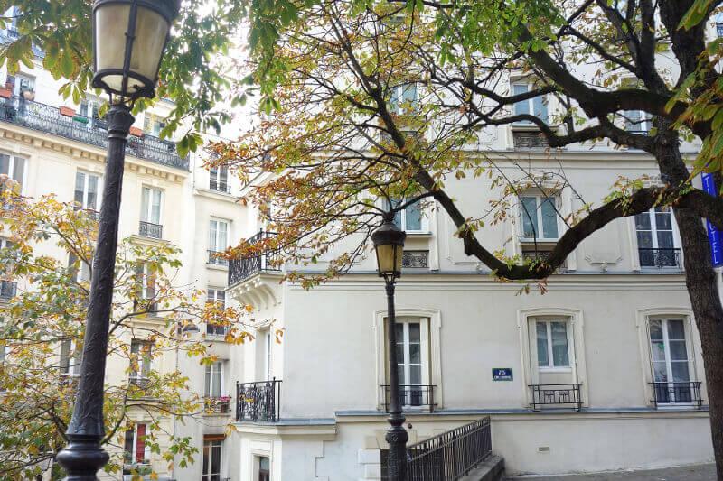 Place arborée de Montmartre, à Paris.