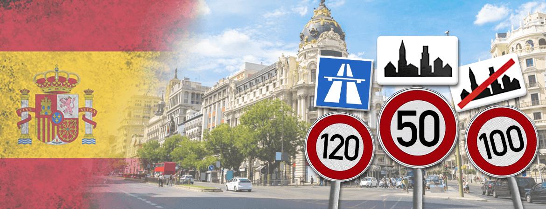 Une rue espagnole avec des panneaux de circulation.