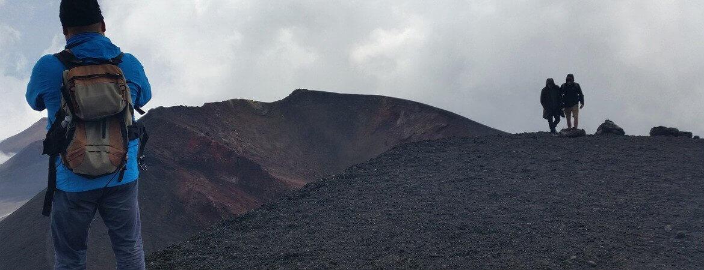 Randonneurs au sommet d'un volcan.