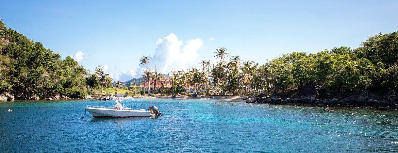 Bateau dans une crique en Guadeloupe.