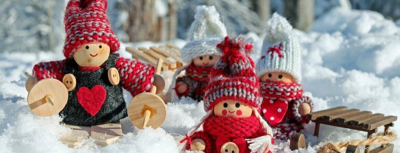 Petites poupées dans la neige.