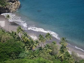 Plage de sable noir en Martinique.