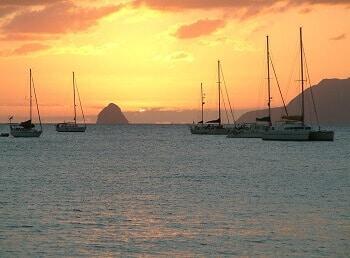 Coucher de soleil sur le Rocher du Diamant en Martinique.