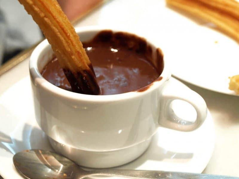 Churro et chocolat chaud.