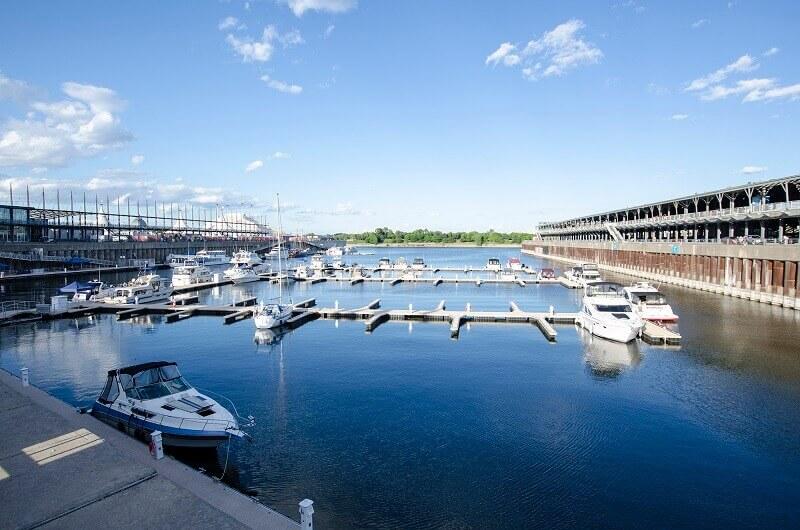 Port et bateaux à Montréal.