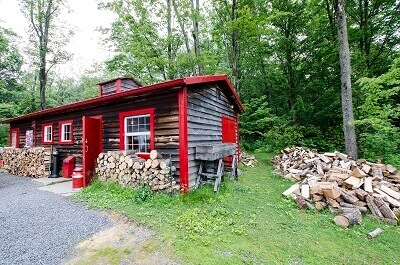 Cabane dans la forêt canadienne.