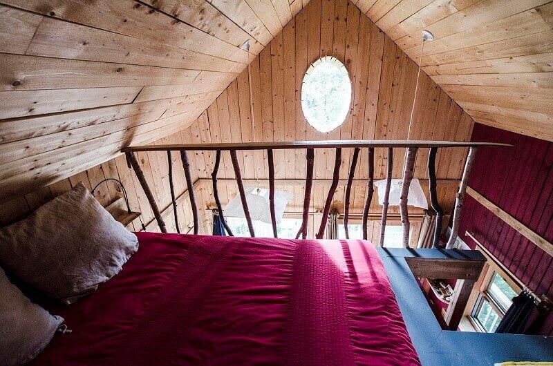 Intérieur d'une cabane en bois.