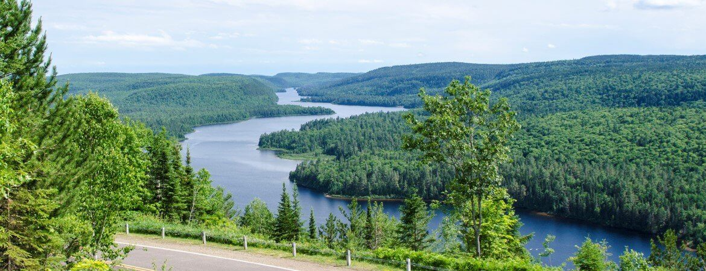 Route et paysage au Québec.