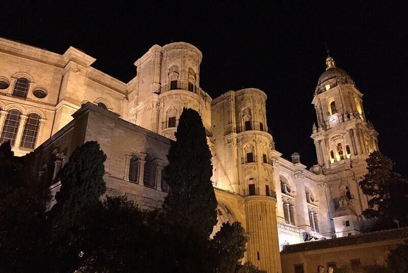 Cathédrale de Málaga de nuit.