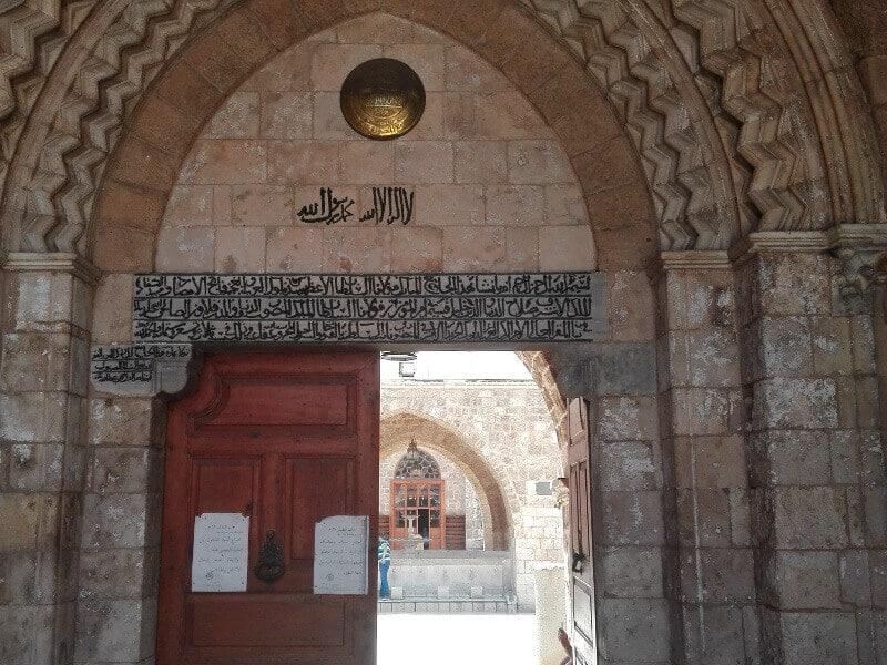 Portail d'une mosquée au Liban.