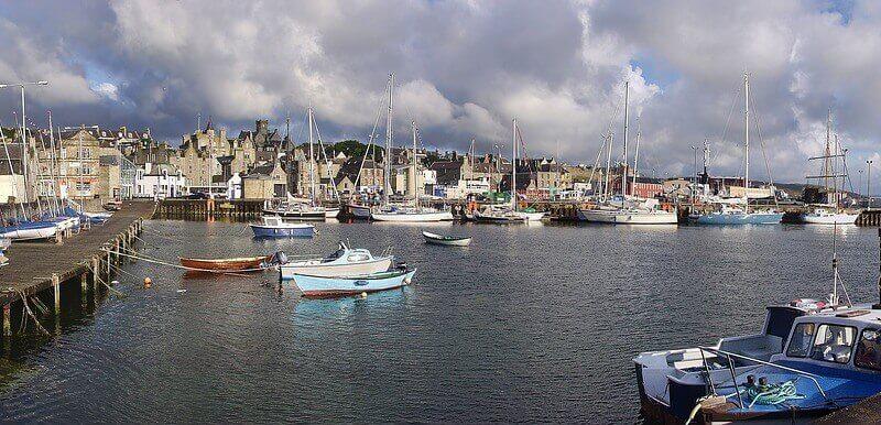 Bateaux dans un port en Écosse.