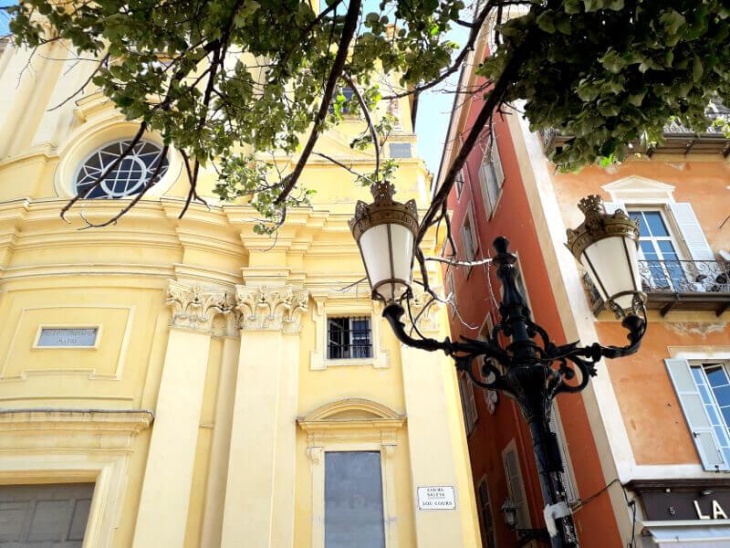Façades colorées à Nice.