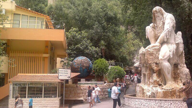 Sculpture devant une grotte.