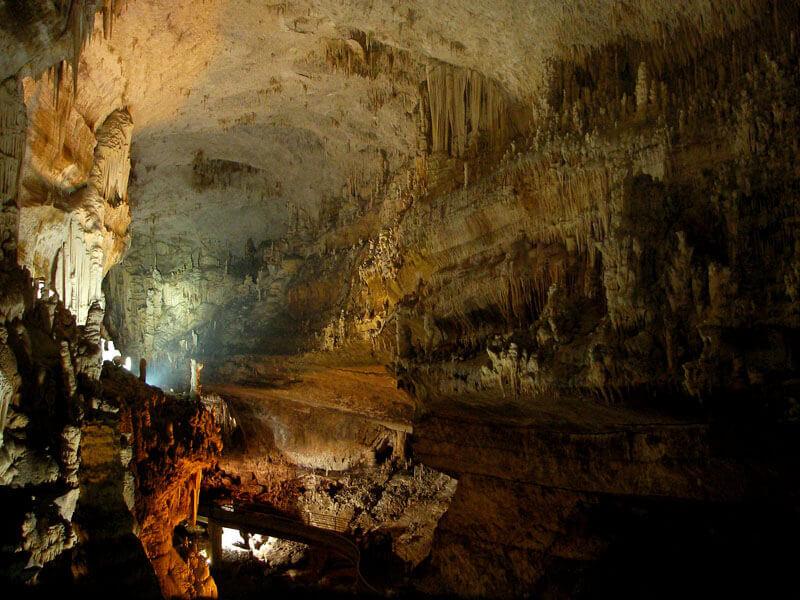 Intérieur d'une grotte au Liban.
