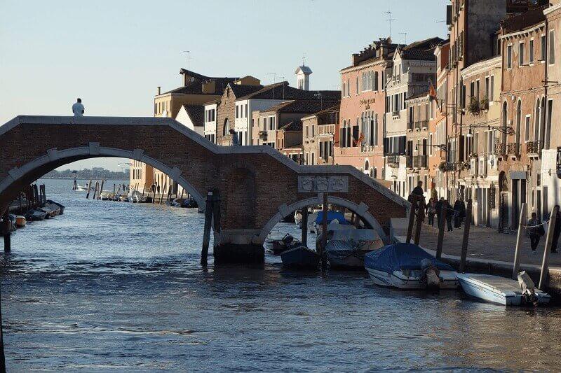 Pont et canal à Venise.