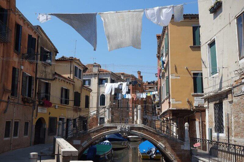 Linge et rue à Venise.