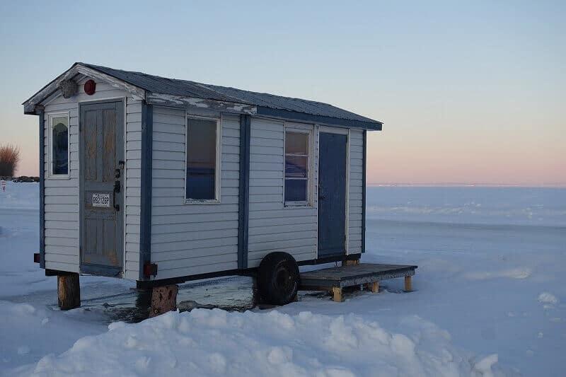 Une cabane sur un lac gelé au Canada.