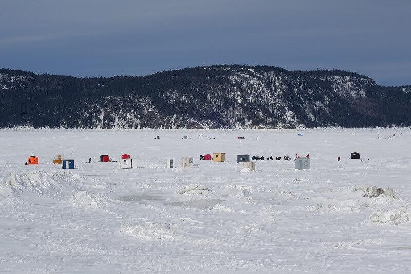 Un lac sous la neige au Canada.
