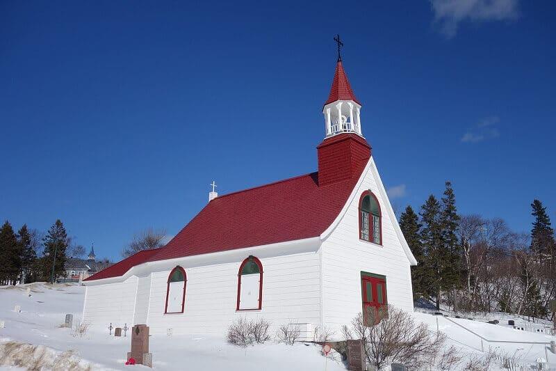 Église sous la neige au Canada.