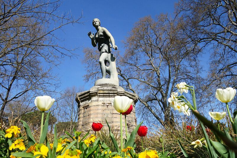 Statue dans un jardin.