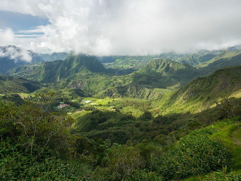 Panorama sur le cirque de Mafate à La Réunion.